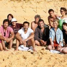 Piccole bugie tra amici: il cast del film sul set posa per una foto di gruppo