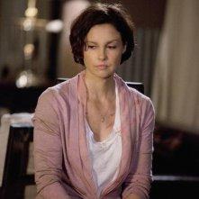 Una Ashley Judd pensierosa nell'episodio pilota della serie Missing