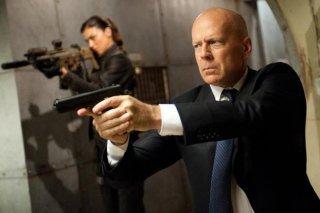 Bruce Willis e, sullo sfondo, Adrianne Palicki in azione in una scena di G.I. Joe: La vendetta