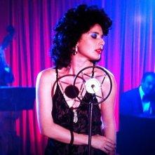 Isabella Rossellini al microfono in Velluto blu