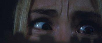 Gli occhi terrorizzati di Anna Hutchison in una suggestiva scena dell'horror Quella casa nel bosco