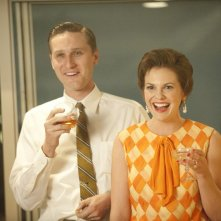 Aaron Staton e Larisa Oleynik nell'episodio A Little Kiss - Part 1 della quinta stagione di Mad Men