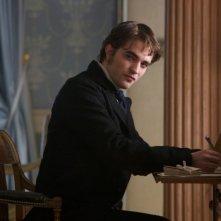 Bel Ami - Storia di un seduttore: Robert Pattinson in uno dei sguardi più ammiccanti in una scena del film