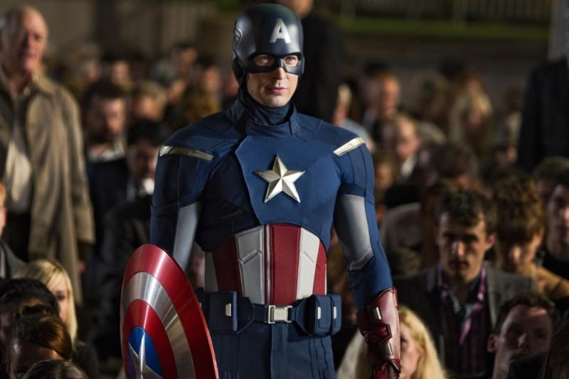 Chris Evan Tra La Folla Nei Panni Di Capitan America In Una Scena Di The Avengers 235632