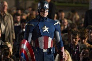 Chris Evan tra la folla nei panni di Capitan America in una scena di The Avengers