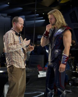 Il regista Joss Whedon a colloquio con Chris Hemsworth sul set di The Avengers