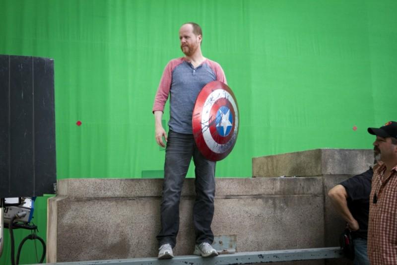 Il regista Joss Whedon sul set di The Avengers si difende con lo scudo di Capitan America