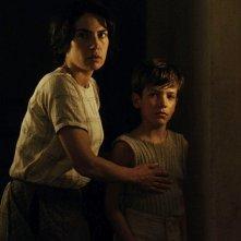 Maya Sansa in una scena de Il primo uomo insieme al piccolo Nino Jouglet