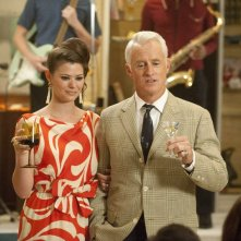 Peyton List e John Slattery nell'episodio A Little Kiss - Part 1 della quinta stagione di Mad Men