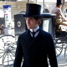 Un accigliato Robert Pattinson in un'immagine tratta dal dramma in costume Bel Ami - Storia di un seduttore