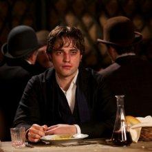 Un malandato Robert Pattinson in una scena di Bel Ami - Storia di un seduttore