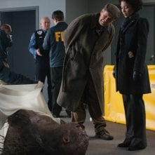 Fringe: John Noble e Jasika Nicole nell'episodio Nothing As It Seems