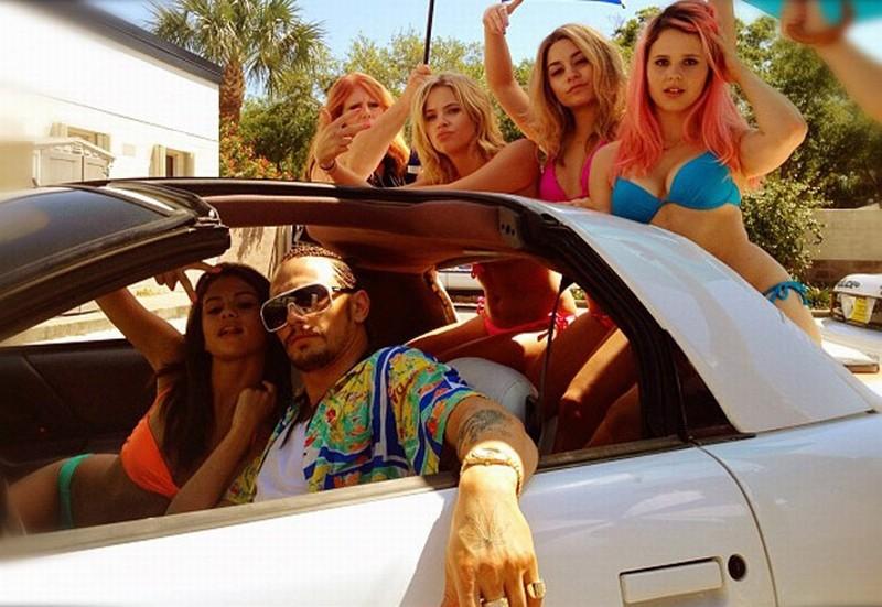 James Franco circondato da Vanessa Hudgens, Selena Gomez e tante altre belle ragazze sul set di Spring Breakers