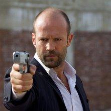 Jason Statham, nei panni di Luke Wright, spiana la sua pistola in Safe
