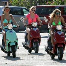 Selena Gomes, Vanessa Hudgens e Ashley Benson scorrazzano in Vespa in una scena di Spring Breakers