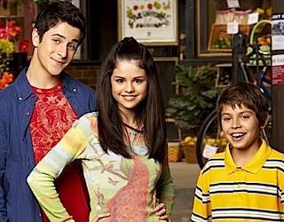 Selena Gomez, David Henrie e Jake T. Austin nella serie I Maghi di Waverly
