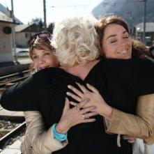 Victoria Abril, Lola Dewaere, Catherine Hosmalin si abbracciano in Mince Alors!