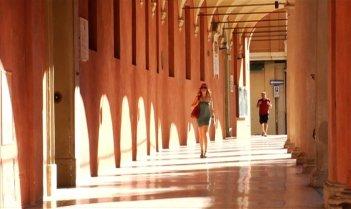 Amore liquido: gli splendidi portici di Bologna in una scena del film