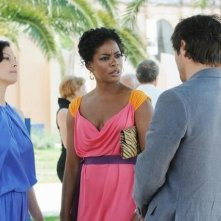 Ashley Judd, Aunjanue Ellis e, di spalle, Adriano Giannini, nell'episodio Ice Queen della serie Missing