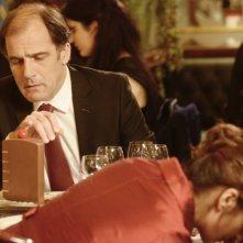 Ciliegine: Frédéric Pierrot si avvicina alla ciliegina sulla torta in un momento di distrazione della sua partner in una scena del film