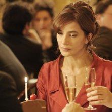 Ciliegine: Laura Morante fissa con rassegnazione la ciliegina sulla torta in una scena del film