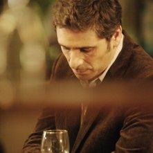 Ciliegine: Pascal Elbé riflette sorseggiando del vino in una scena del film