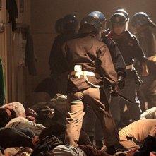 Diaz: il caos all'interno della scuola in un'immagine tratta dal film