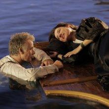 Benvenuto a bordo: Franck Dubosc con Luisa Ranieri naufraghi d'amore in una scena del film