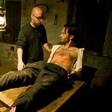 La casa nel vento dei morti: il regista Francesco Campanini sul set del film prepara una scena con Luca Magri
