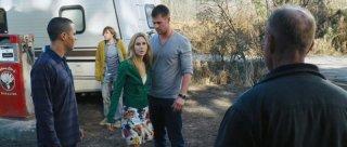Quella casa nel bosco: Chris Hemsworth e Anna Hutchison in una scena del film provano a capire in che posto sono capitati