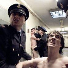 Hunger: Brian Milligan e Liam McMahon maltrattati dalla polizia in prigione in una scena del film