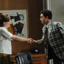 Elisabeth Moss e Ben Feldman nell'episodio Tea Leaves della quinta stagione di Mad Men