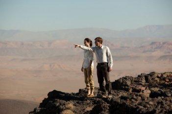 Ewan McGregor ed Emily Blunt si godono le bellezze dello Yemen in una scena de Il pescatore di sogni