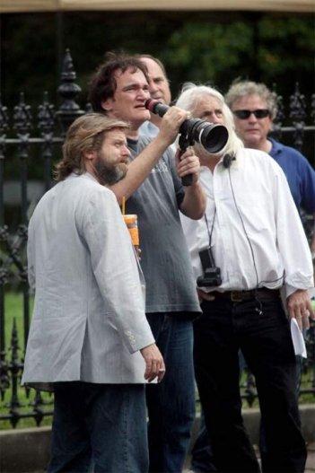 Quentin Tarantino all'opera sul set di Christoph Waltz