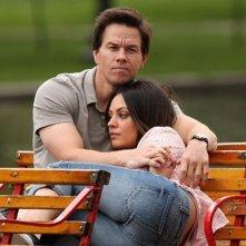 Mark Wahlberg con Mila Kunis in una tenera scena di Ted