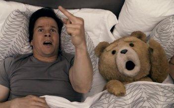 Mark Wahlberg insieme al suo orsacchiotto in una scena di Ted