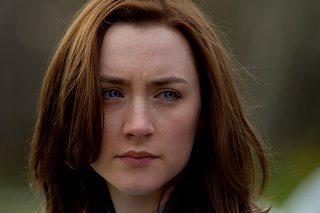 Saoirse Ronan in un intenso primo piano nel romance sci-fi The Host
