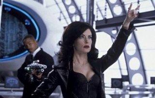 Lara Flynn Boyle e Will Smith in una scena del film Men in Black 2