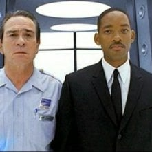 Tommy Lee Jones e Will Smith in una scena del film Men in Black 2