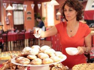 Benvenuti a tavola: Lorenza Indovina alle prese con un vassoio di dolci