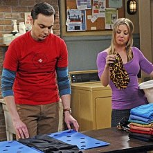 The Big Bang Theory: Jim Parsons e Kaley Cuoco nell'episodio The Hawking Excitation