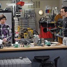 The Big Bang Theory: Jim Parsons e Simon Helberg in una scena dell'episodio The Hawking Excitation