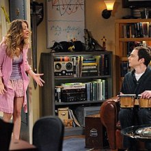 The Big Bang Theory: Kaley Cuoco e Jim Parsons in una scena dell'episodio The Werewolf Transformation