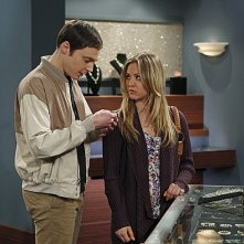 The Big Bang Theory: Kaley Cuoco e Jim Parsons nell'episodio The Shiny Trinket Maneuver