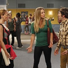 The Big Bang Theory: Kaley Cuoco, Katie Leclerc e Simon Helberg nell'episodio The Wiggly Finger Catalyst