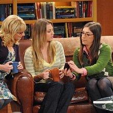 The Big Bang Theory: Kaley Cuoco, Mayim Bialik e Melissa Rauch nell'episodio The Isolation Permutation