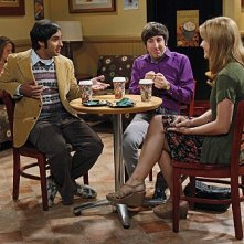 The Big Bang Theory: Kunal Nayyar, Katie Leclerc e Simon Helberg nell'episodio The Wiggly Finger Catalyst