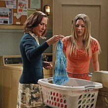 The Big Bang Theory: Laurie Metcalf e Kaley Cuoco nell'episodio The Rhinitis Revelation