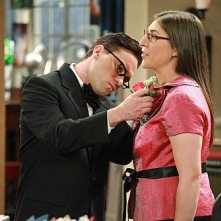 The Big Bang Theory: Mayim Bialik e Johnny Galecki in una scena dell'episodio The Pulled Groin Extrapolation