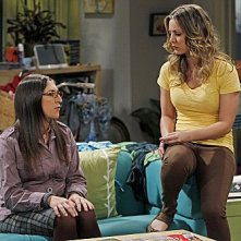 The Big Bang Theory: Mayim Bialik e Kaley Cuoco in una scena dell'episodio The Weekend Vortex